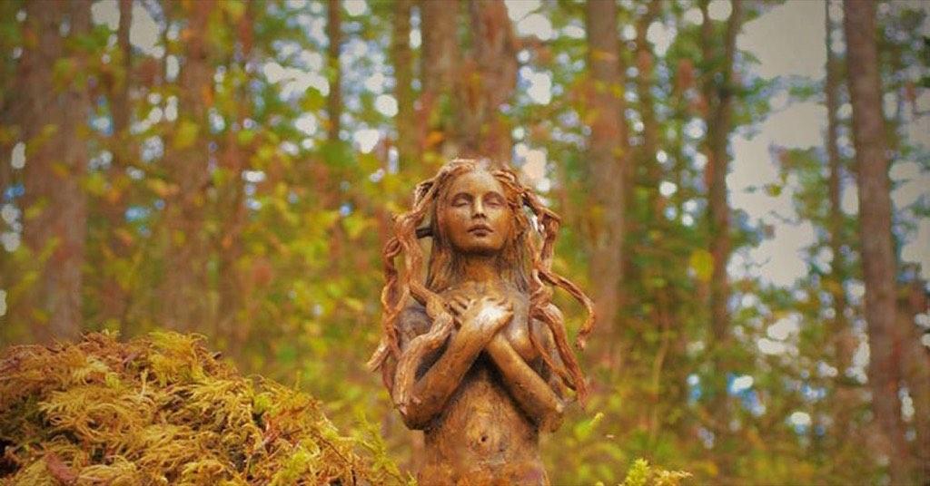 森林中的…小精靈?恐怖又帶點可愛的加拿大森林自然創作