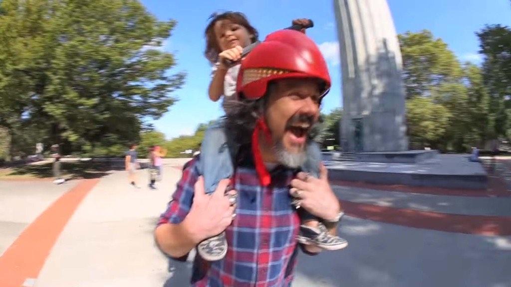 騎到老子頭上笑哈哈!Piggyback Driver 頭盔,讓寶寶駕駛「爸爸」去兜風~