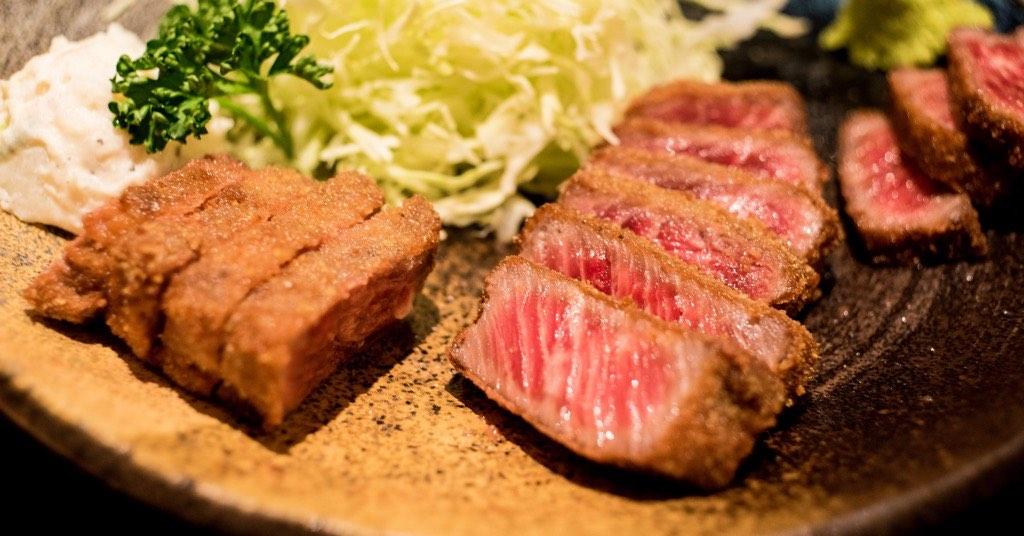 日本旅行必吃庶民美食「炸牛排」,三分熟的極致美味!
