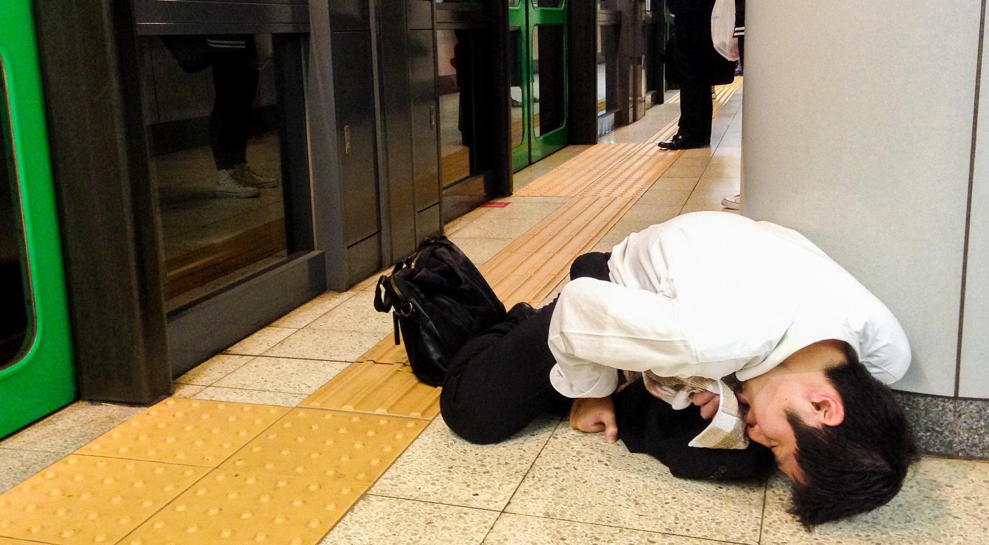 迷魂東京午夜,電車月台上醉倒的 OL 最後會怎樣?!